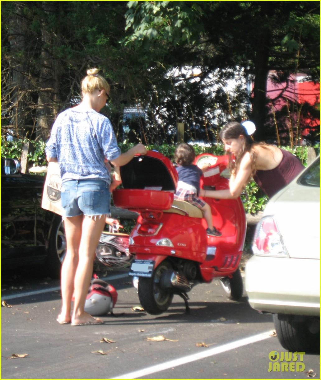 gwyneth paltrow apple moped to coffee shop 01