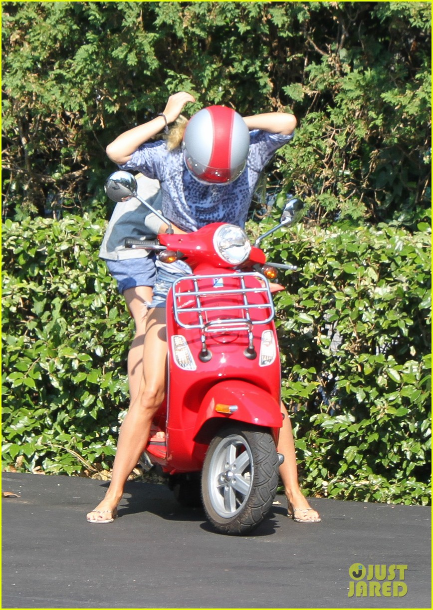 gwyneth paltrow apple moped to coffee shop 20