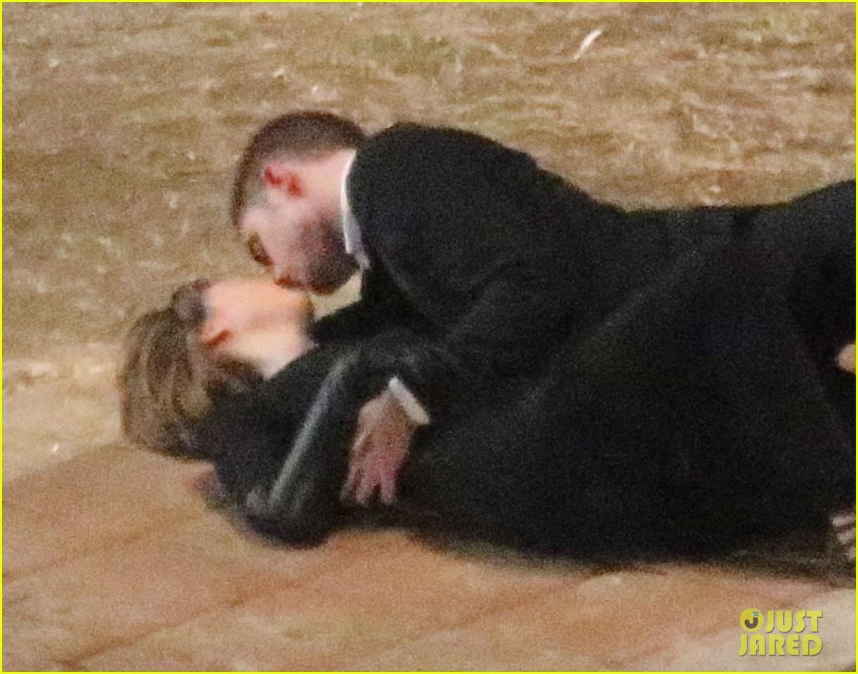 robert pattinson passionately kisses mia wasikowska for map 02