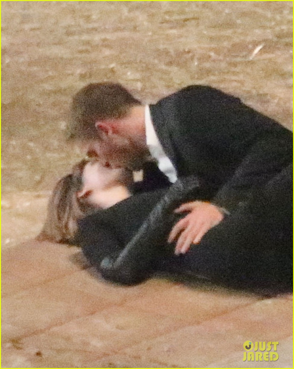 robert pattinson passionately kisses mia wasikowska for map 222935461