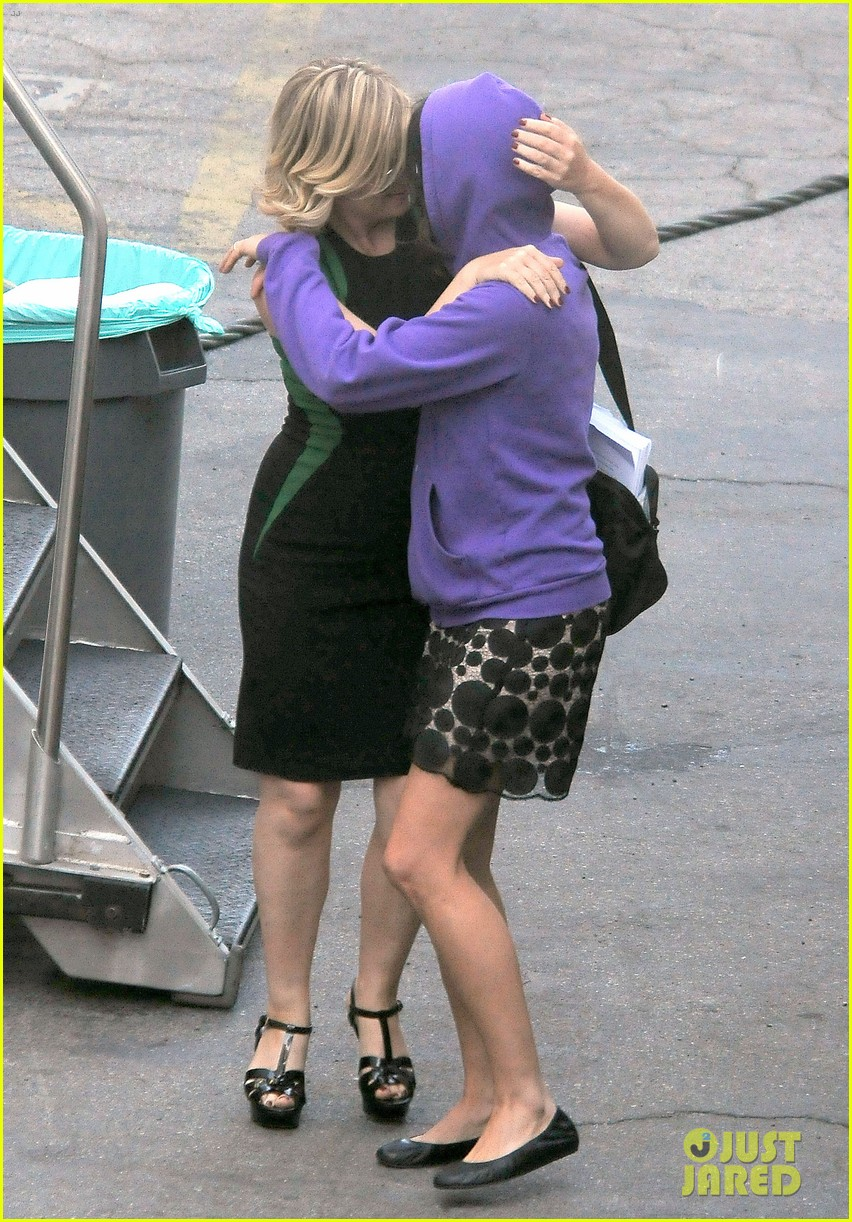 amy poehler playfully kisses aubrey plaza on parks rec set 16