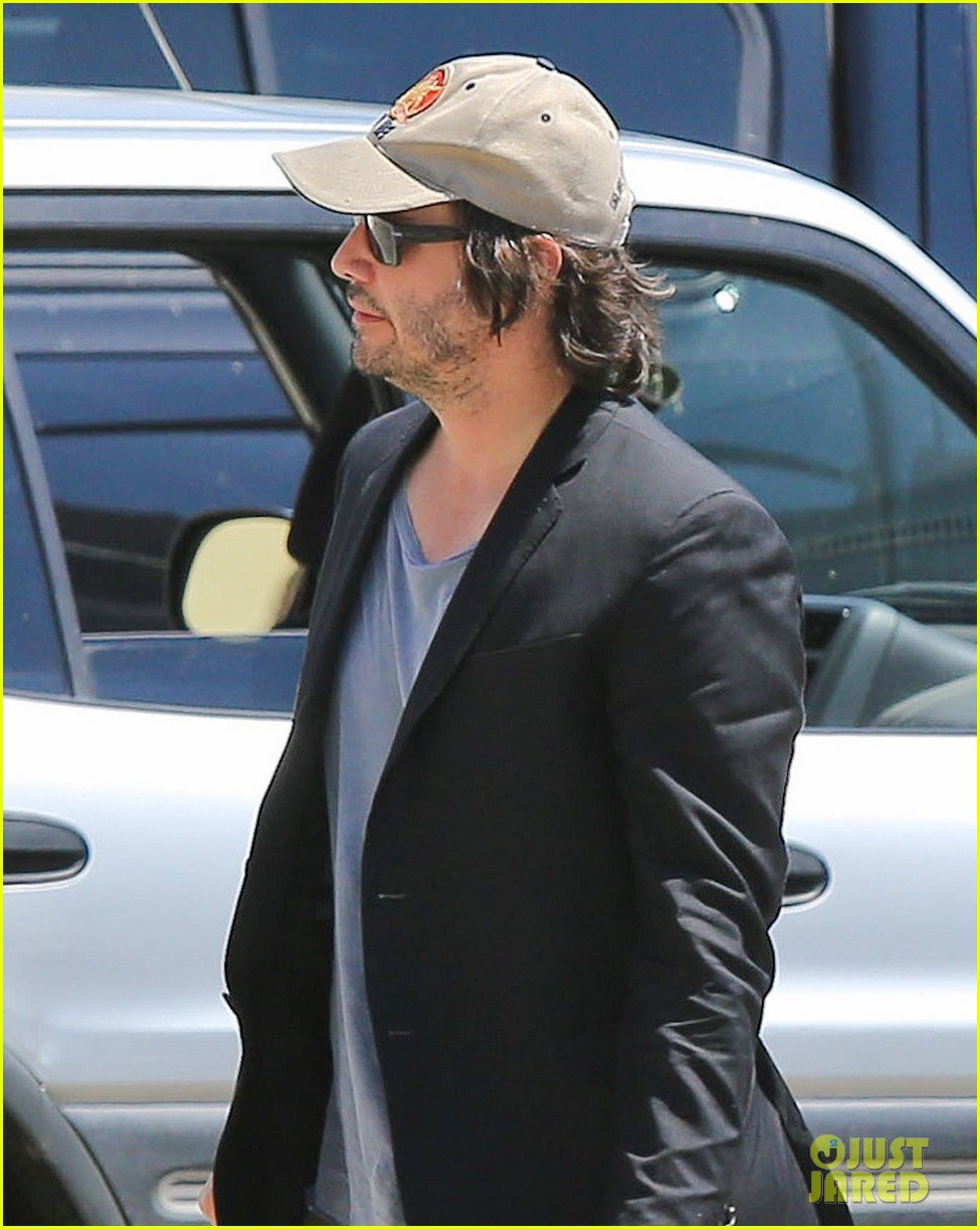 keanu reeves wears interesting outfit at the gym 04