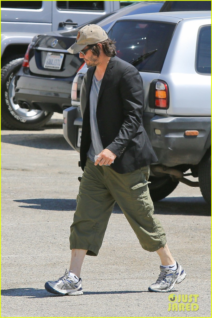 keanu reeves wears interesting outfit at the gym 05