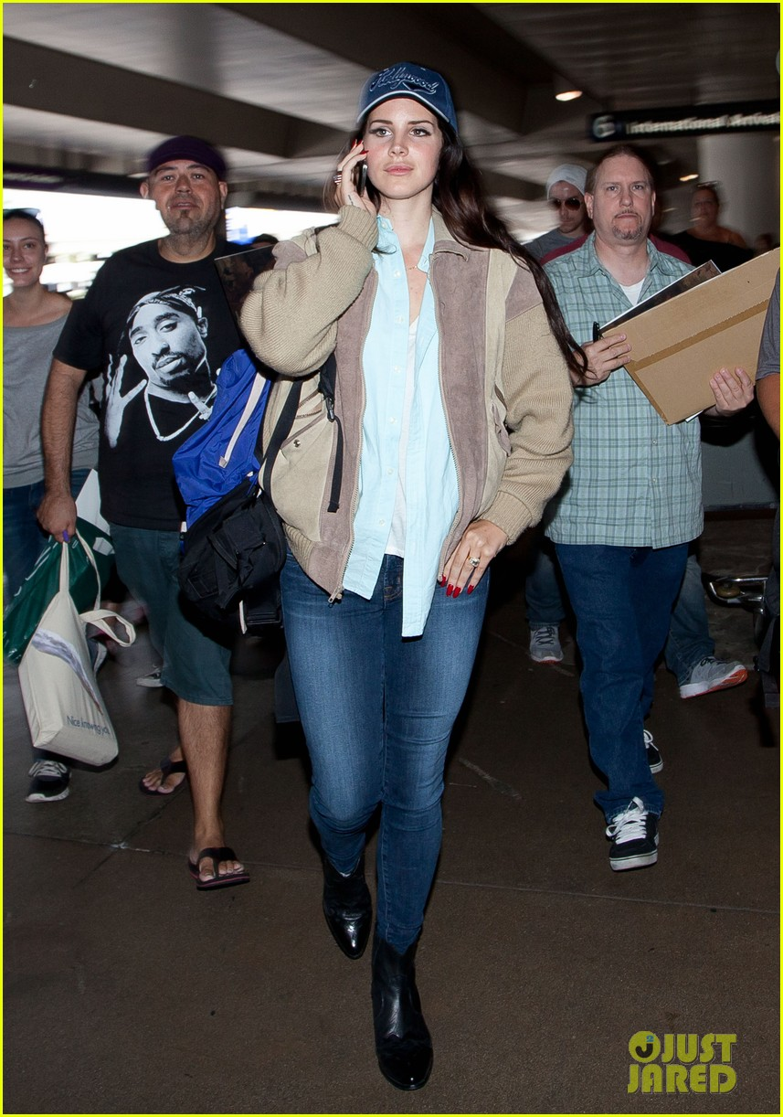 lana del rey catches cab at lax after lollapallooza 02