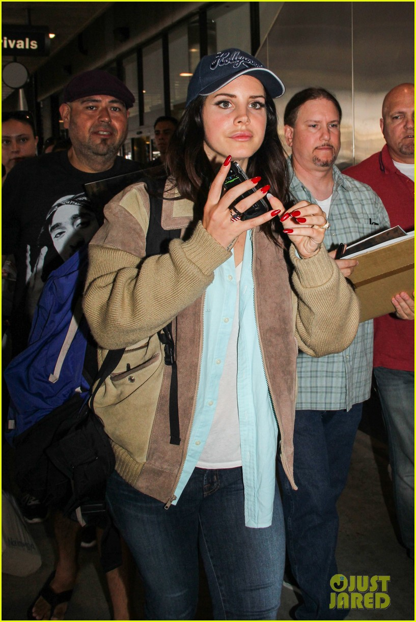 lana del rey catches cab at lax after lollapallooza 06