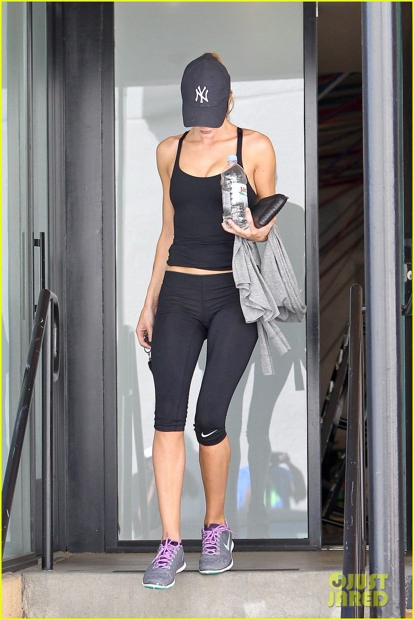 rosie huntington whiteley flashes toned tummy at gym 092924745