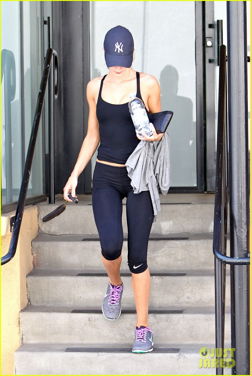 rosie huntington whiteley flashes toned tummy at gym 102924746