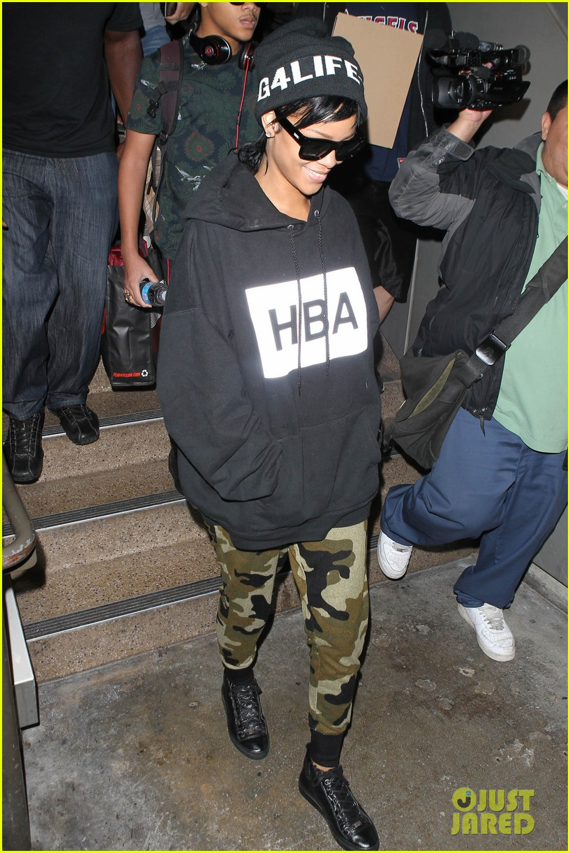 rihanna lax arrivial with the family 06