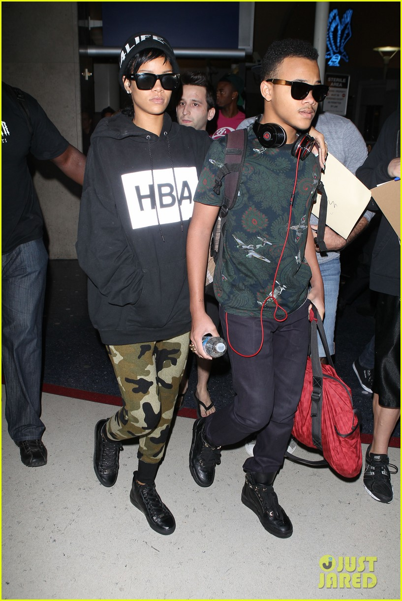 rihanna lax arrivial with the family 07