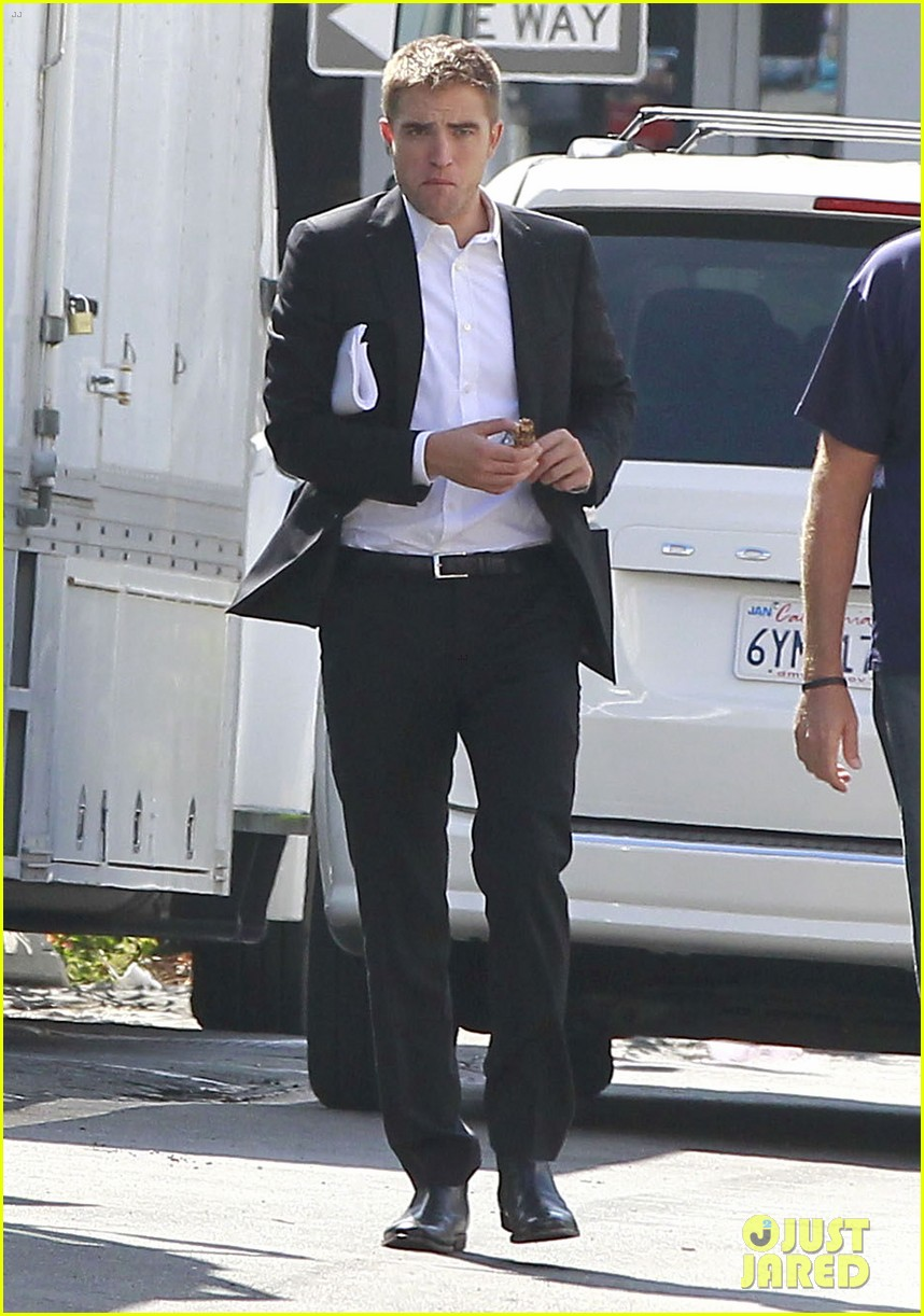 robert pattinson suits up for maps to the stars with julianne moore 01