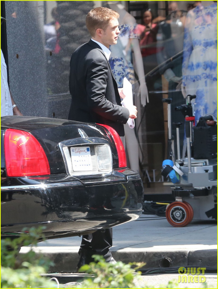 robert pattinson suits up for maps to the stars with julianne moore 10