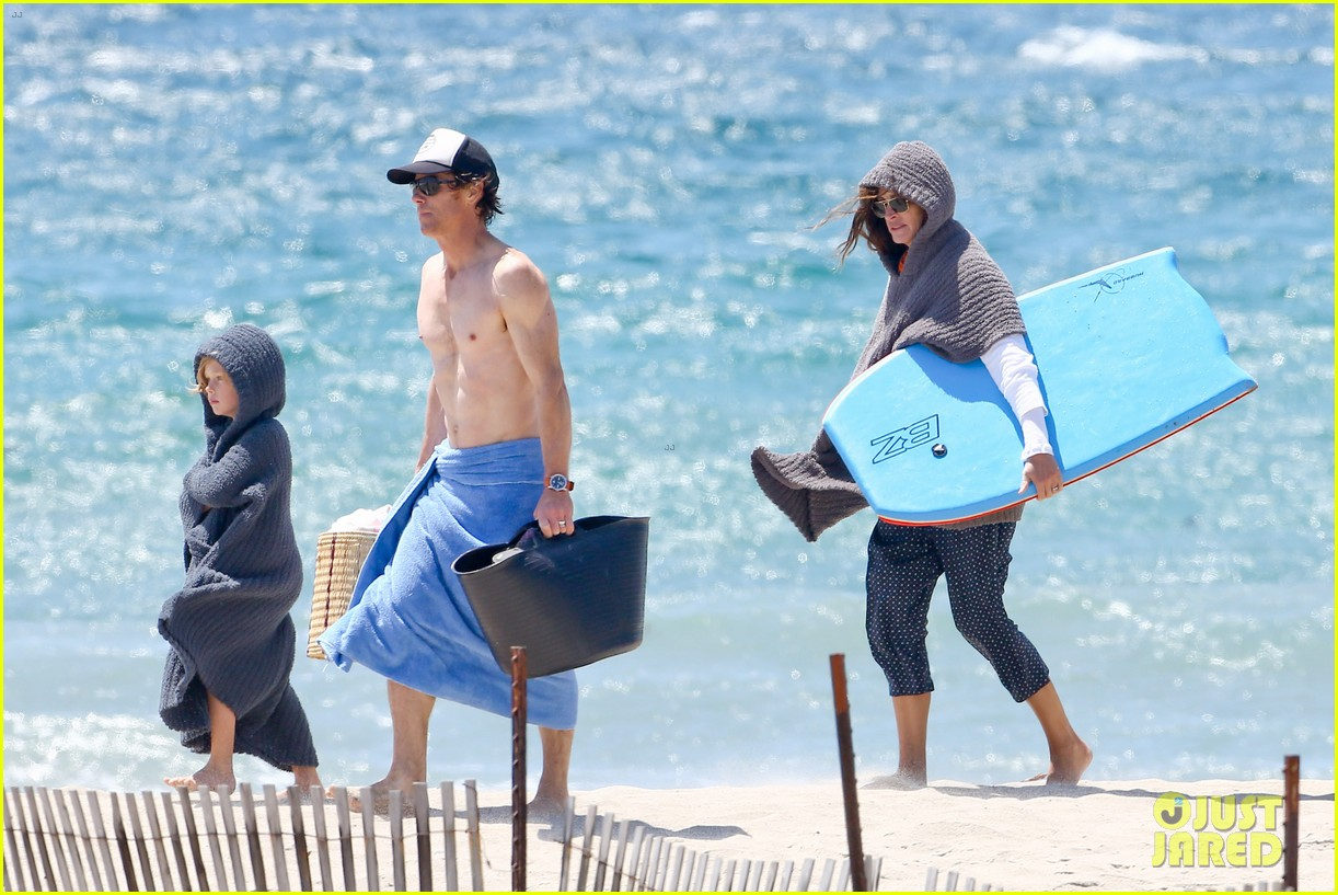 julia roberts family beach day with shirtless danny moder 06