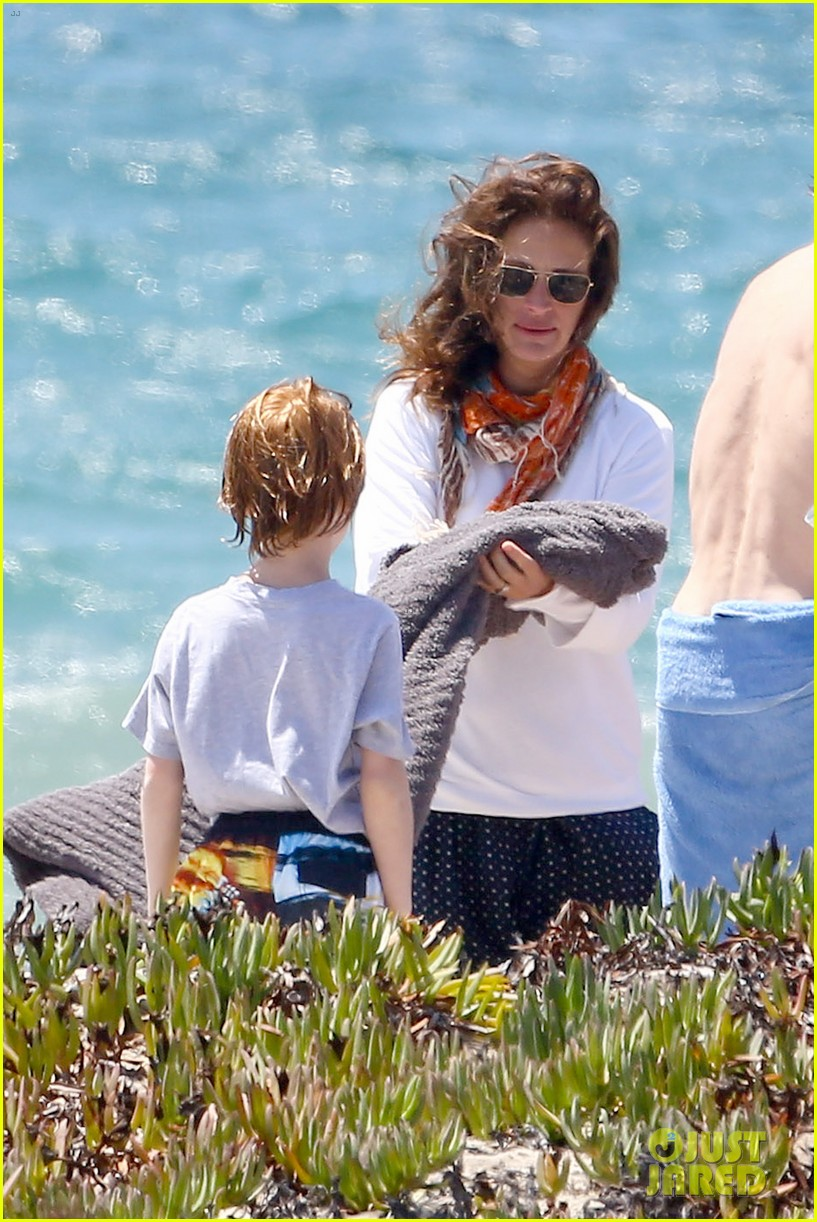julia roberts family beach day with shirtless danny moder 12