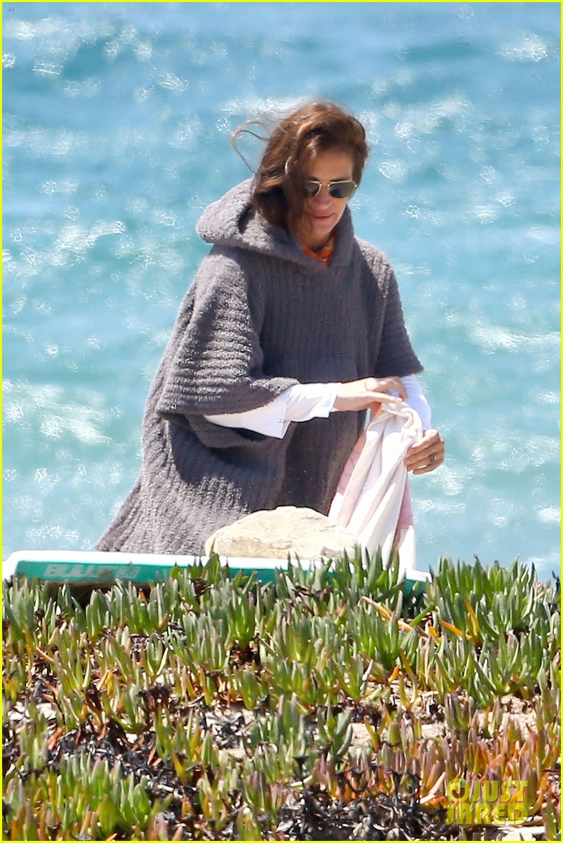julia roberts family beach day with shirtless danny moder 17