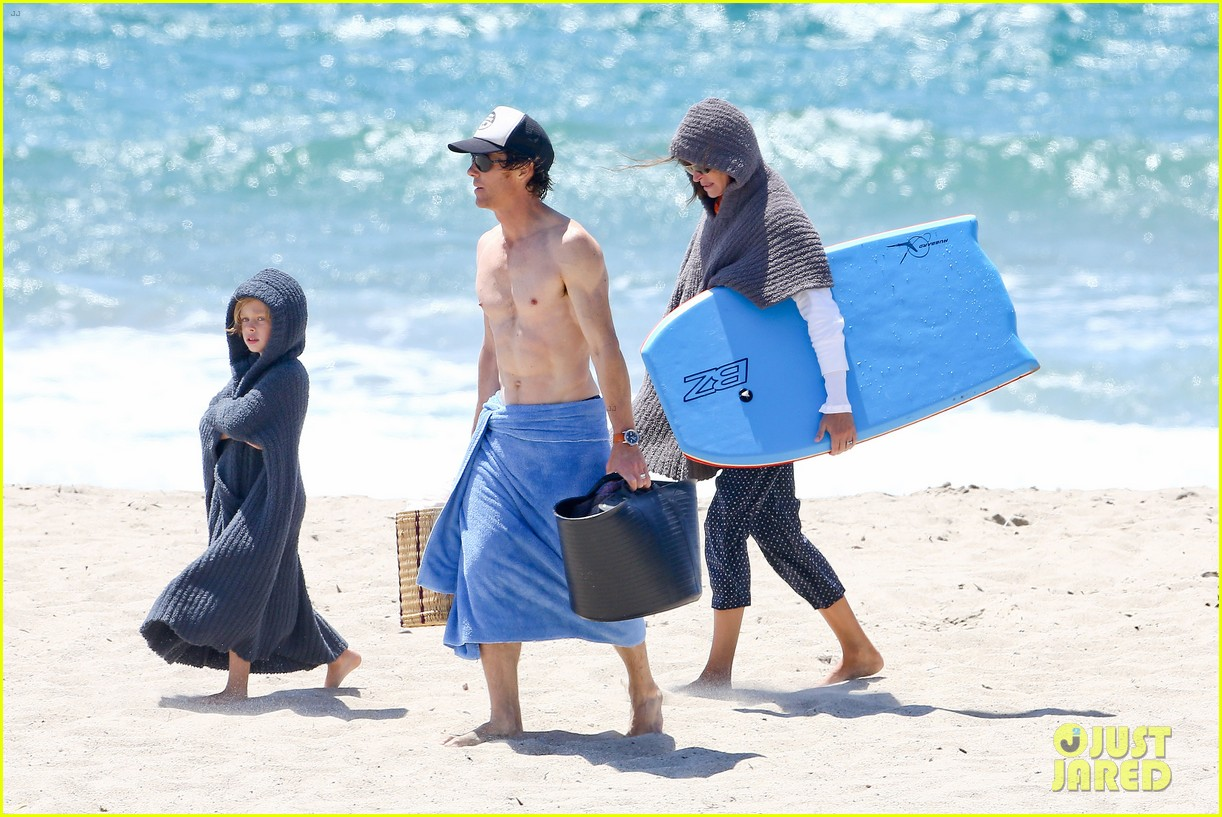 julia roberts family beach day with shirtless danny moder 35