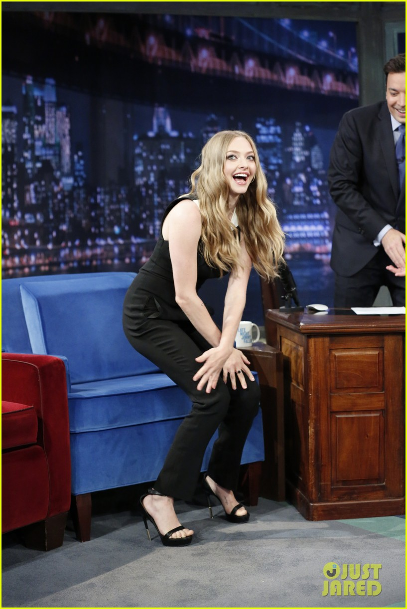 amanda seyfried plays catch phrase on late night with jimmy fallon 022925786