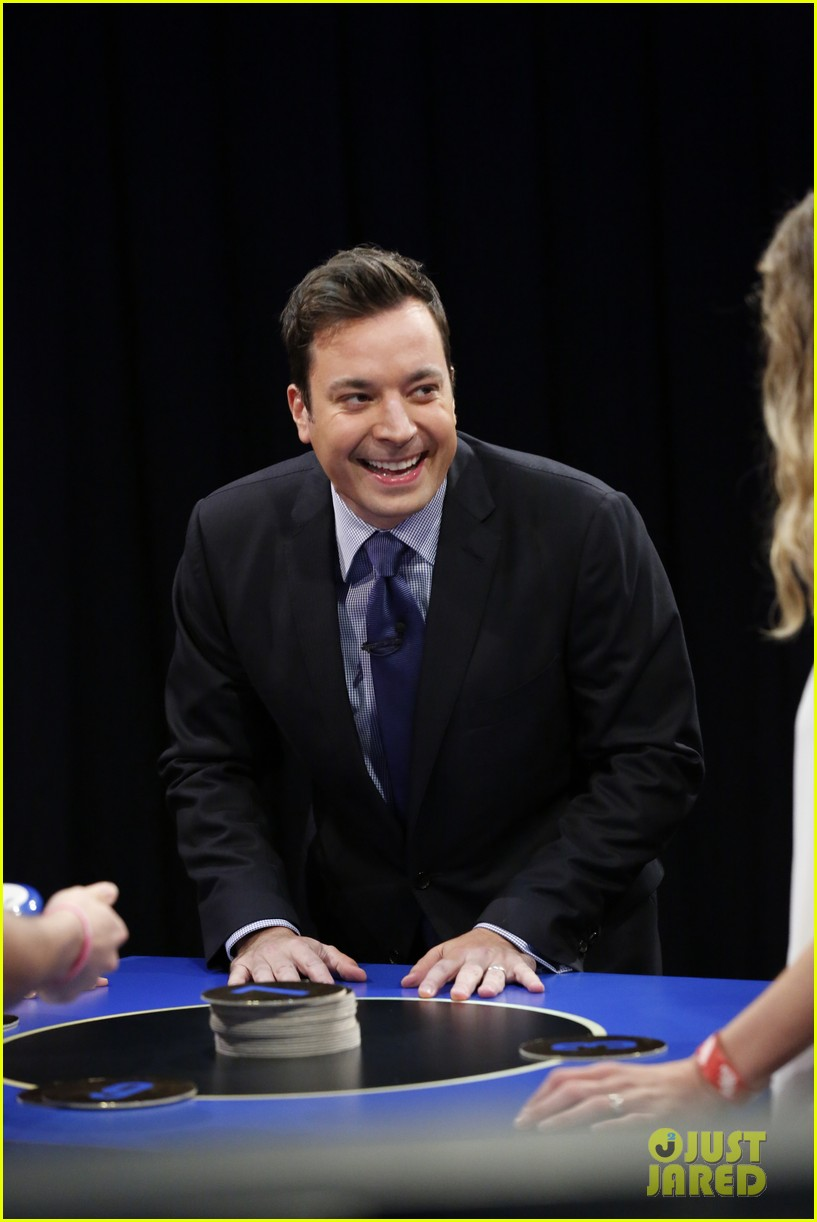 amanda seyfried plays catch phrase on late night with jimmy fallon 082925792