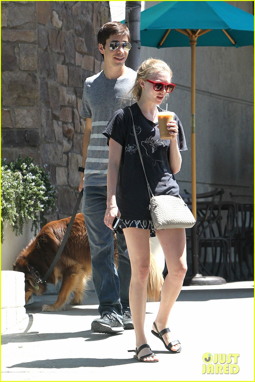 amanda seyfried justin long hang out with finn the dog 12