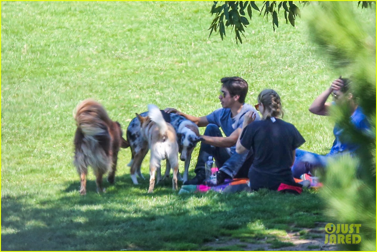 amanda seyfried justin long hang out with finn the dog 152936984