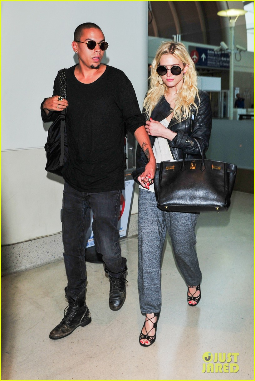 ashlee simpson evan ross hold hands after new york trip 06