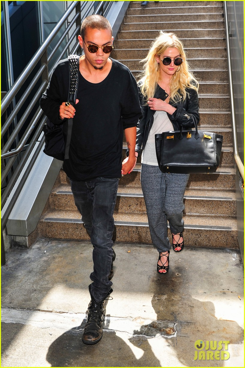 ashlee simpson evan ross hold hands after new york trip 07