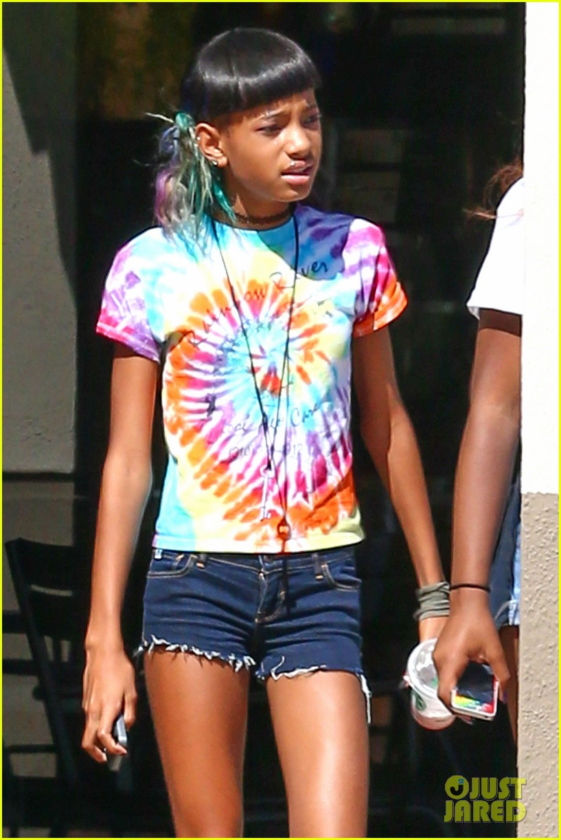 willow smith matches tye dyed hair with tye dyed shirt 02