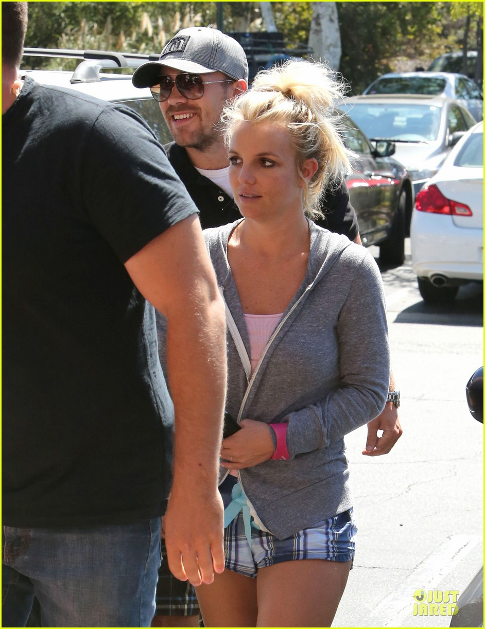 britney spears david lucado hold hands at corner bakery 11