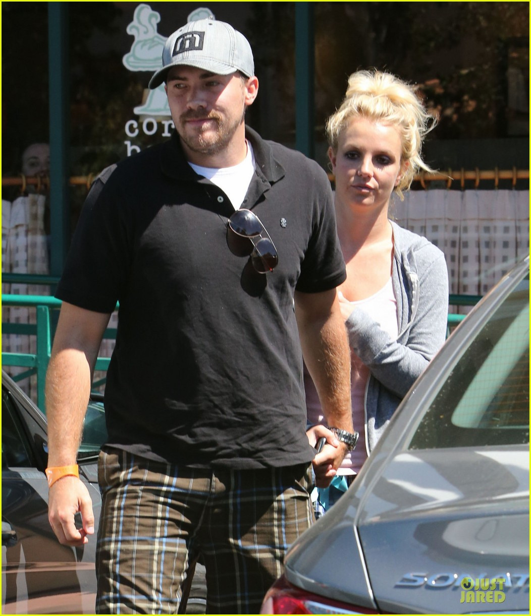 britney spears david lucado hold hands at corner bakery 18