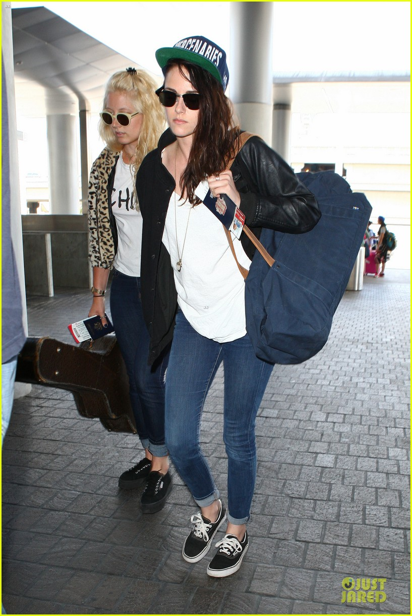 kristen stewart supports mercenaries at lax airport 072933525