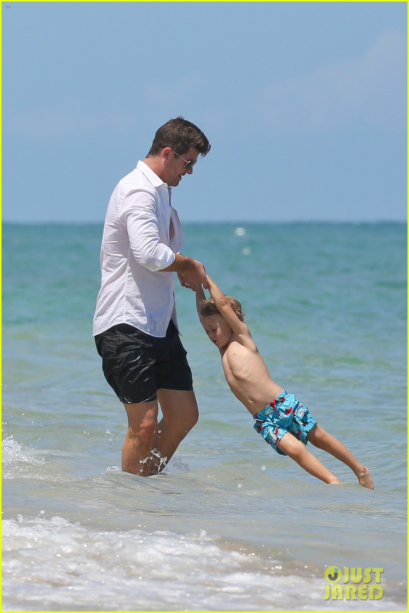 robin thicke paula patton beach day with julian 03