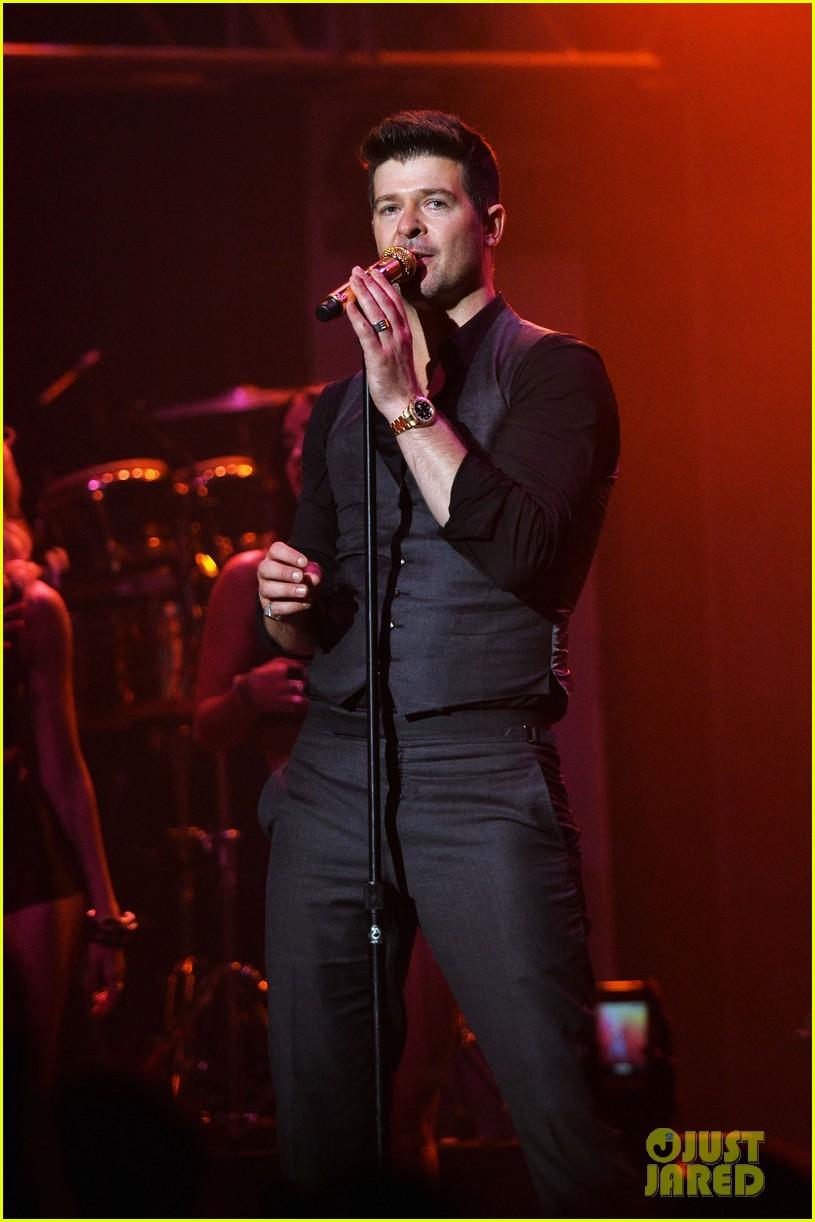 robin thicke macklemore perform pre vma 2013 concert 14
