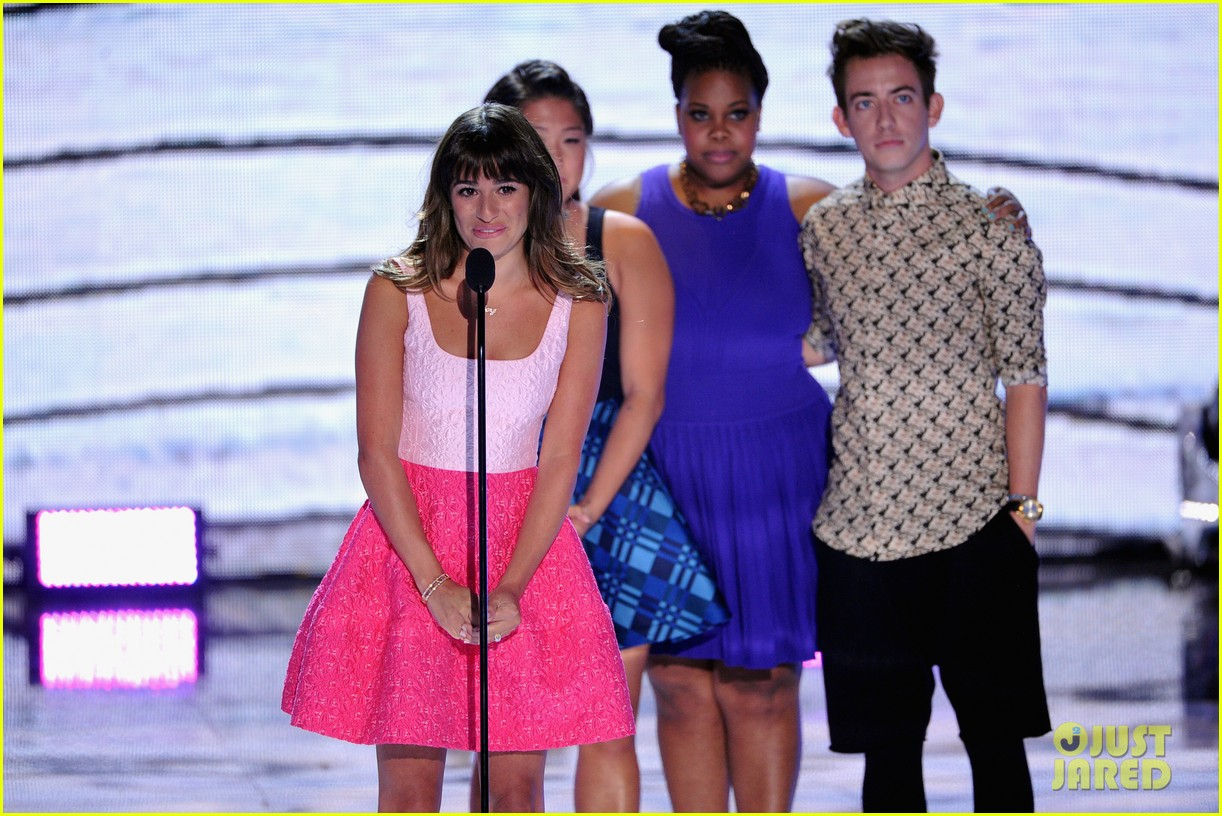 jenna ushkowitz embraces lea michele at teen choice awards 102928242