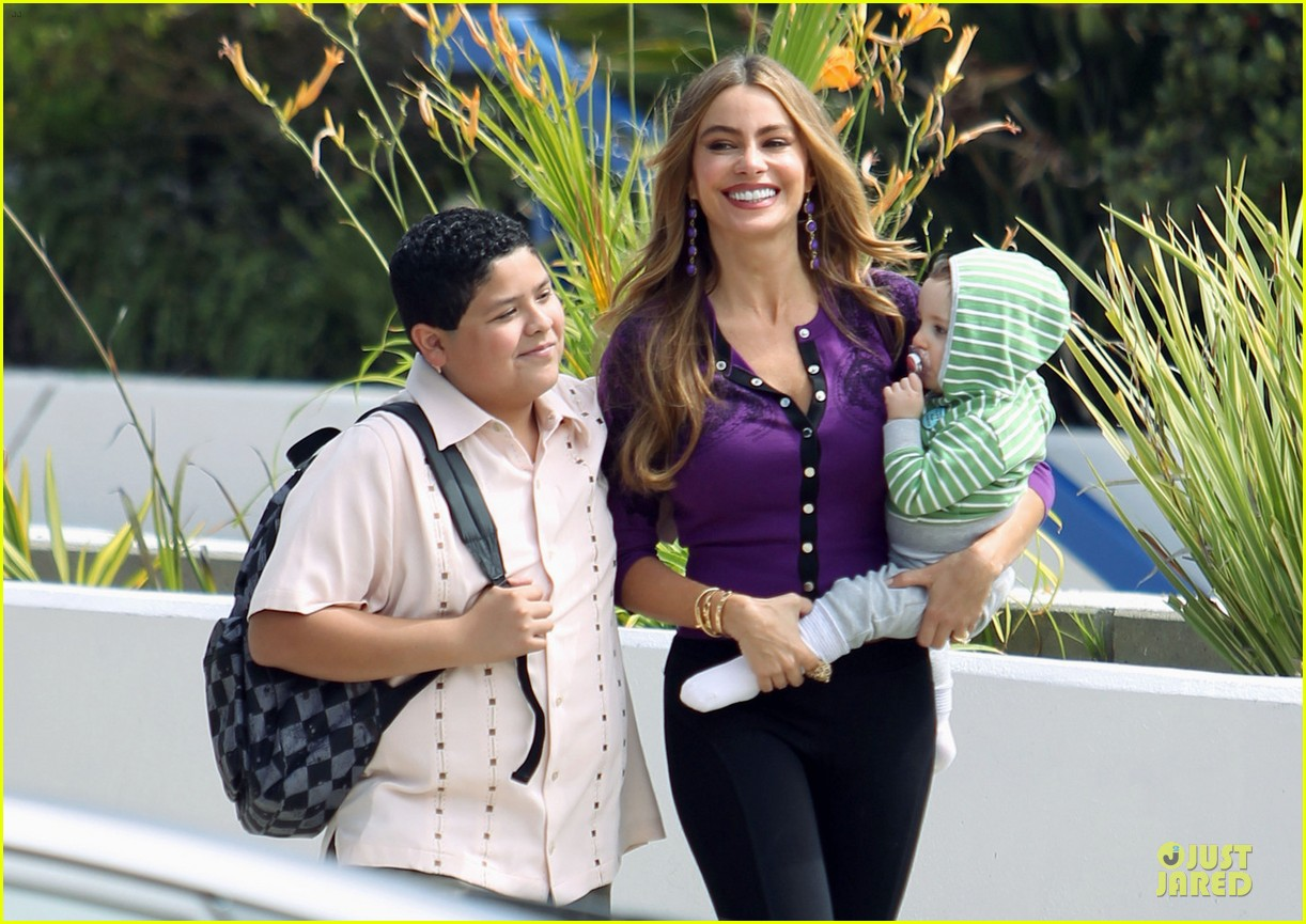 sofia vergara carries infant on modern family set 022931708