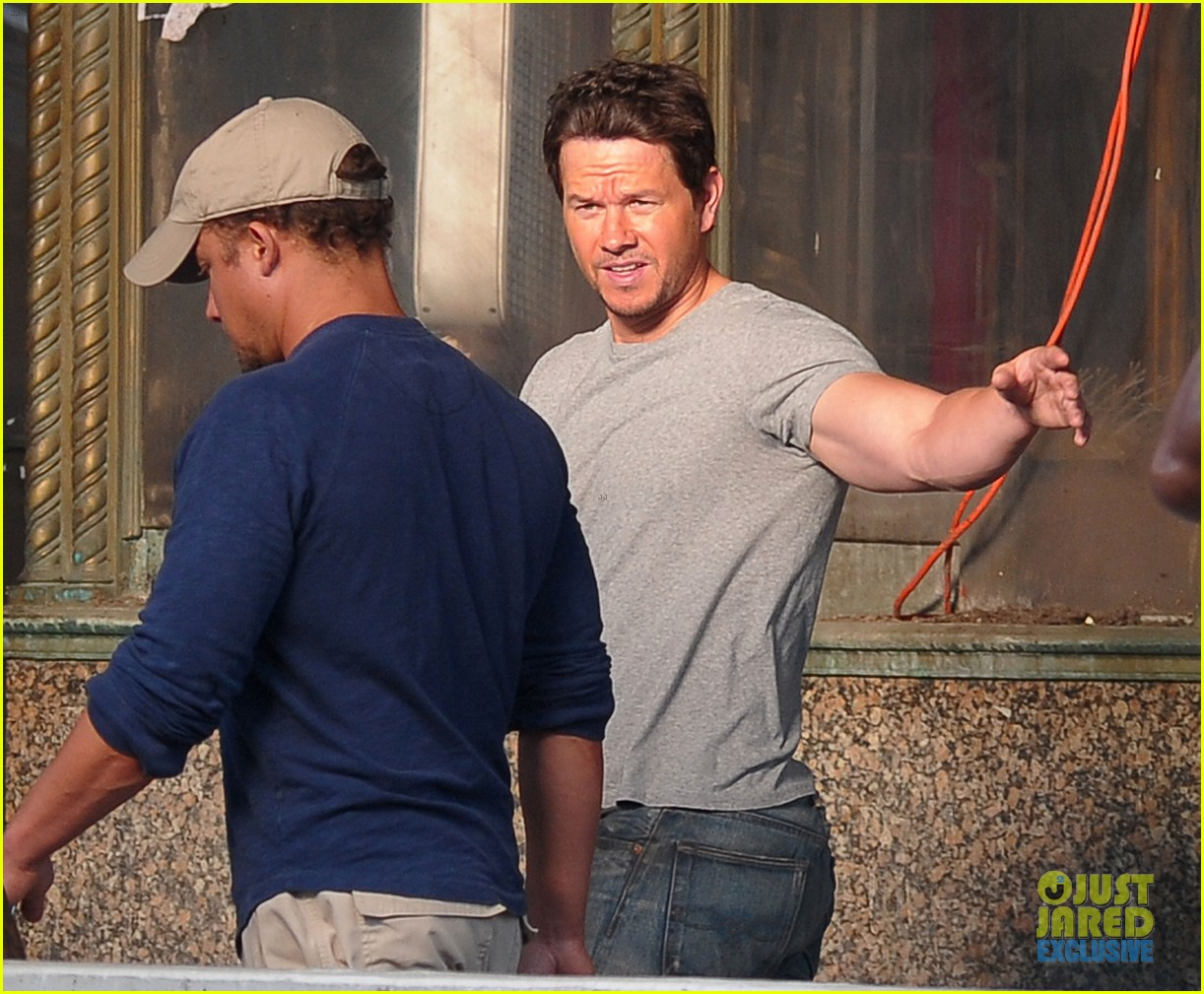 mark wahlberg flaunts big muscles on transformers 4 set 102939676