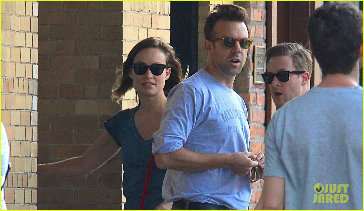 olivia wilde jason sudeikis give tourists directions in nyc 02