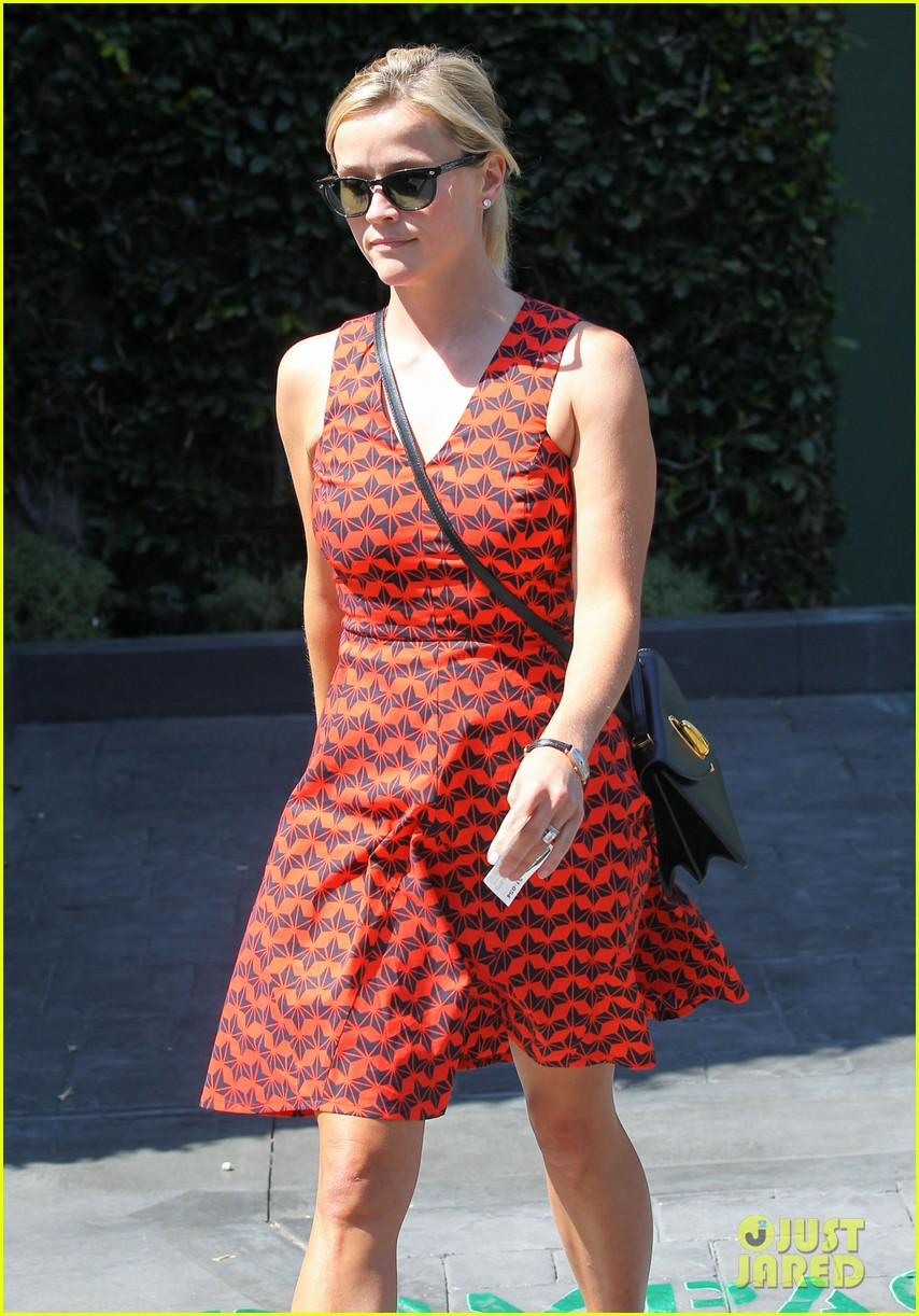 reese witherspoon business meeting at le pain quotidien 102940878