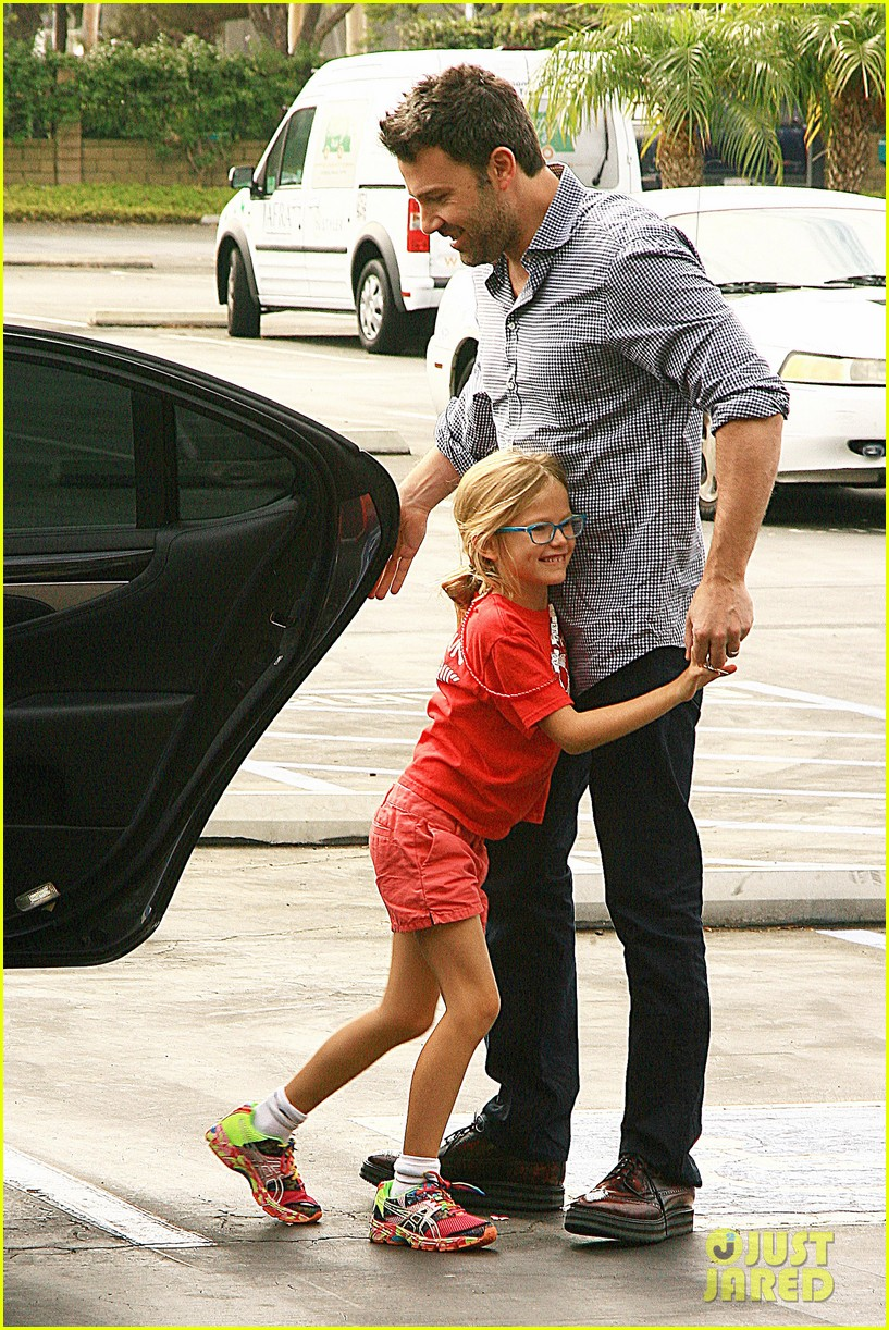 ben affleck gets hugs from violet after big family outing 10