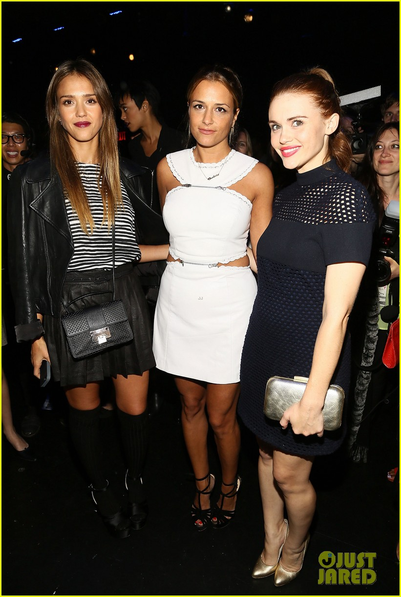 jessica alba rashida jones charlotte ronson fashion show 13