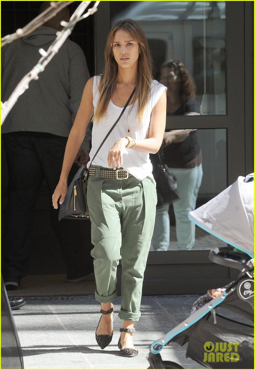 jessica alba rashida jones charlotte ronson fashion show 27