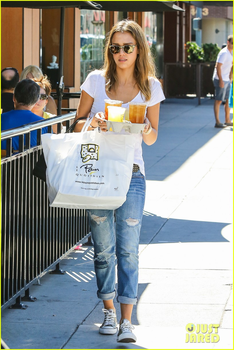 jessica alba sunday mall stop 01