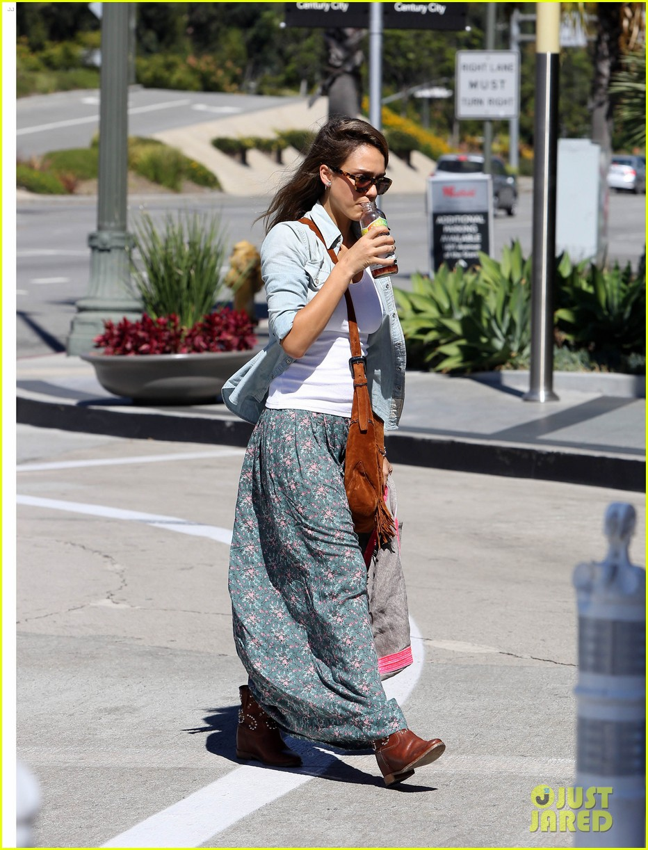jessica alba sunday mall stop 02