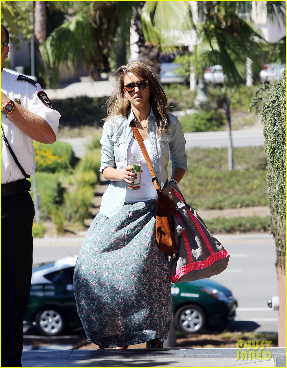 jessica alba sunday mall stop 192962825