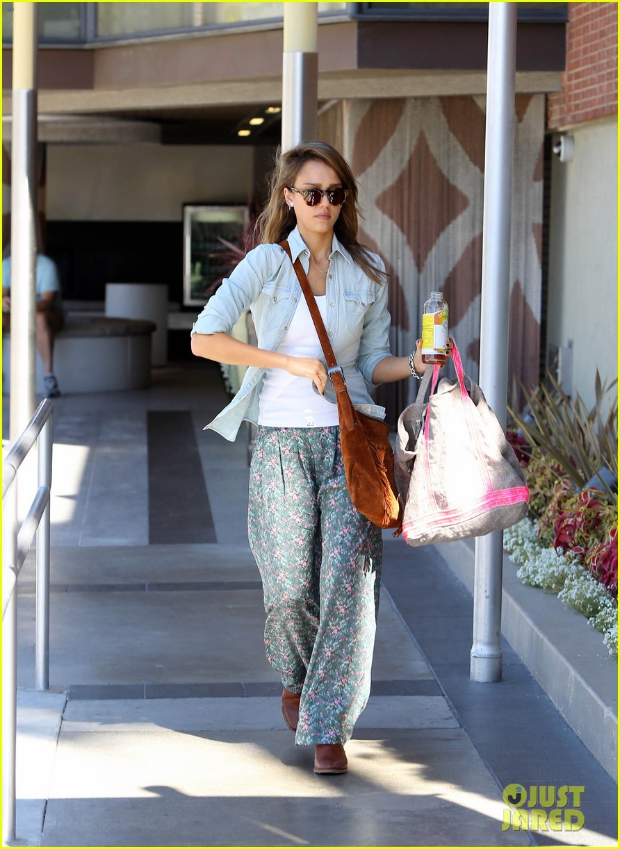 jessica alba sunday mall stop 222962828