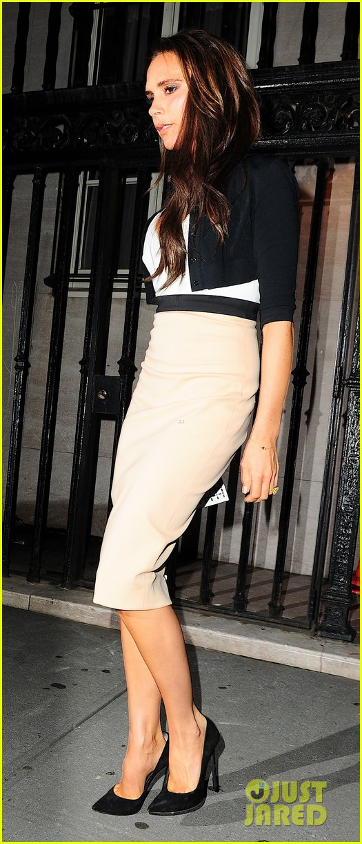victoria beckham works while david beckham harper play 132950168