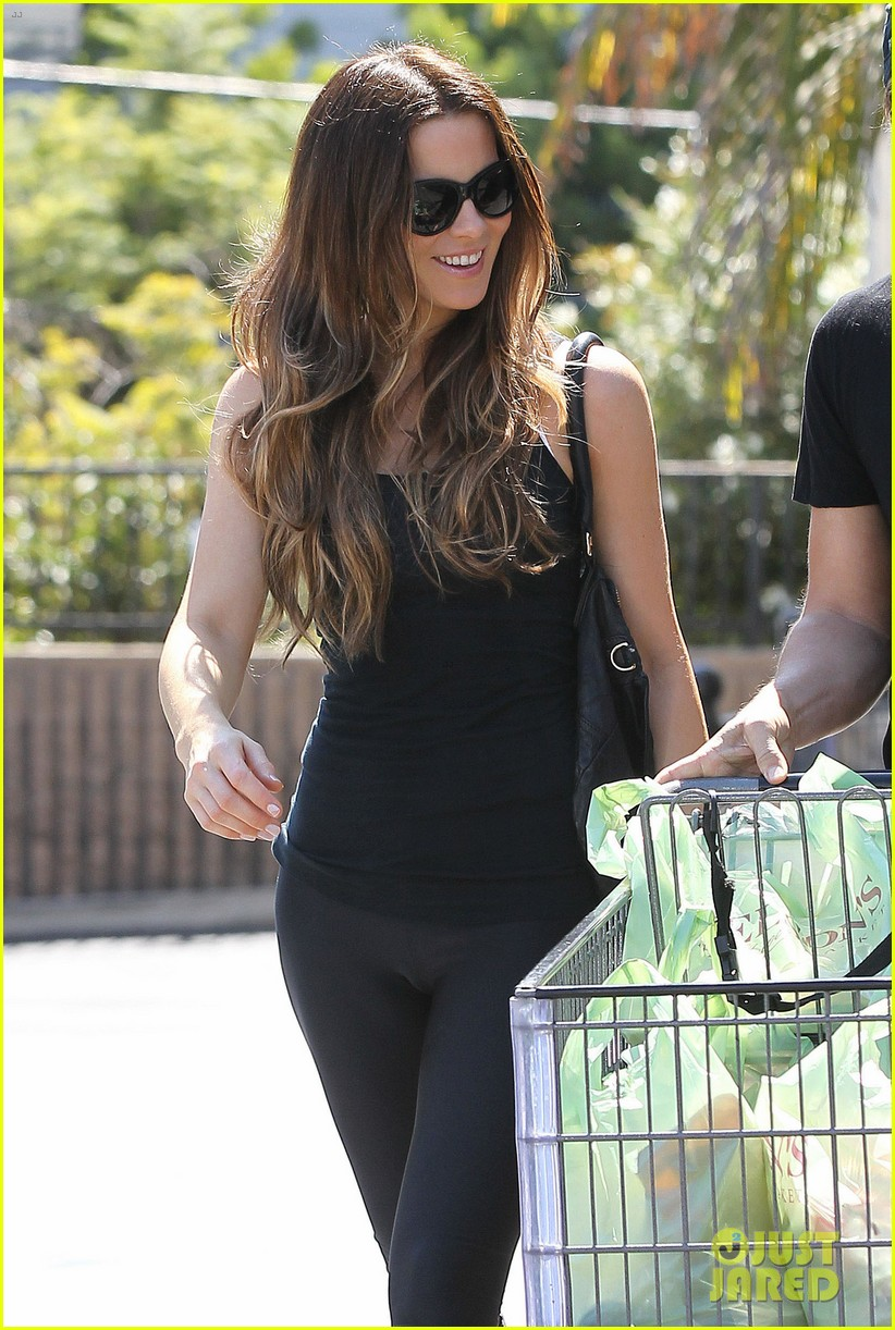 kate beckinsale len wiseman get groceries at gelsons 04