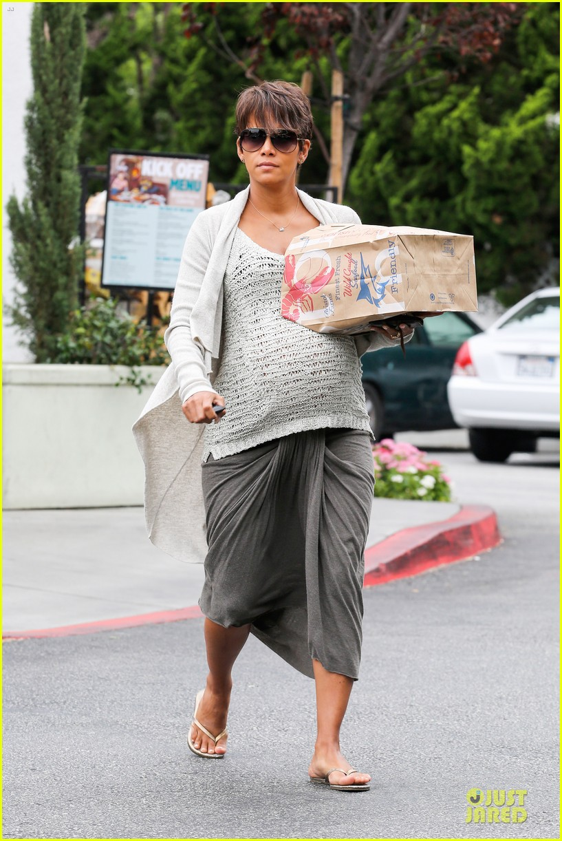 halle berry carries grocery bag on growing baby bump 06
