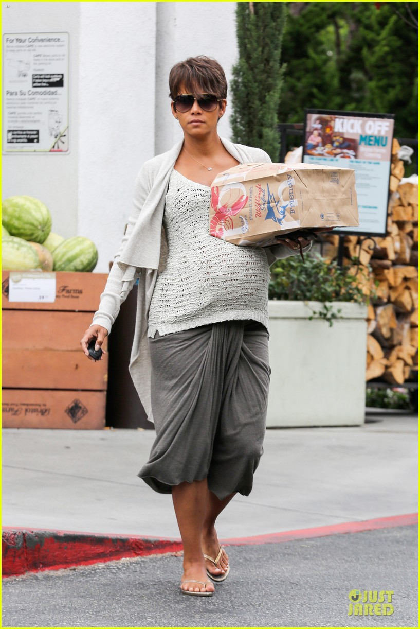 halle berry carries grocery bag on growing baby bump 102956230