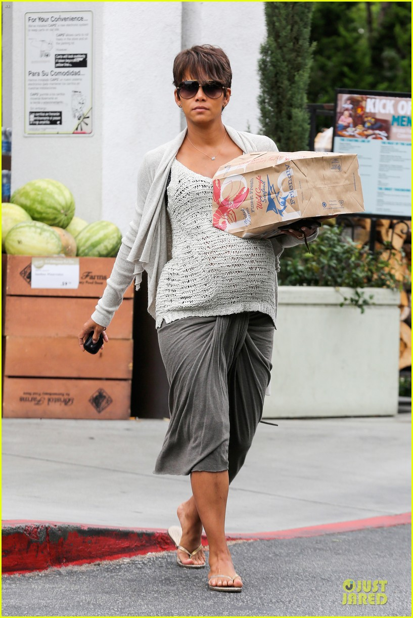 halle berry carries grocery bag on growing baby bump 23