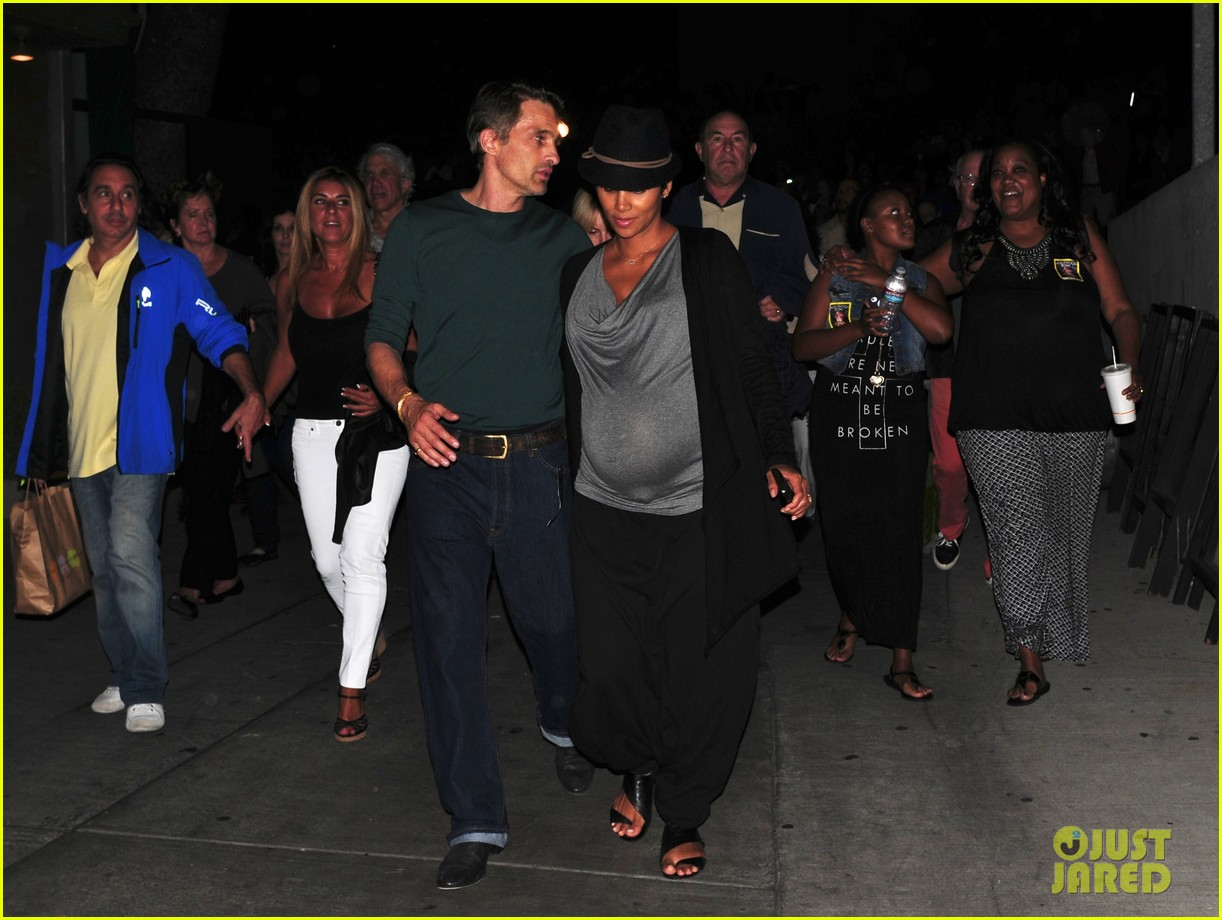 halle berry dances at concert with large baby bump 01
