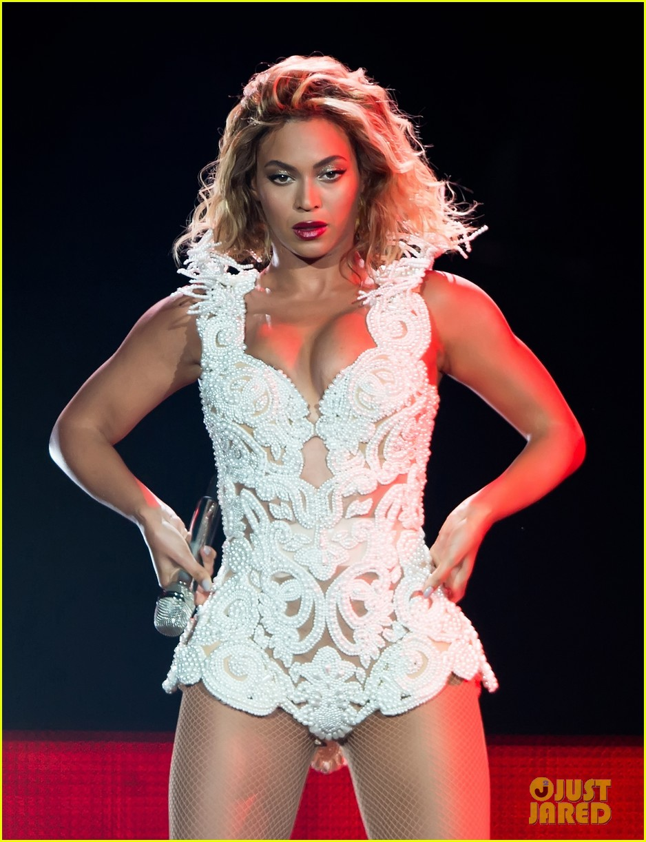 beyonce rocks new outfit at made in america festival 02
